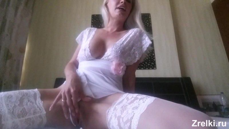 Зрелая роскошная сисястая мамаша в чулках с красивой
