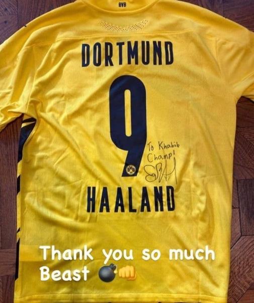 Хабиб пополнил свою коллекцию еще одной крутой футболкой...
