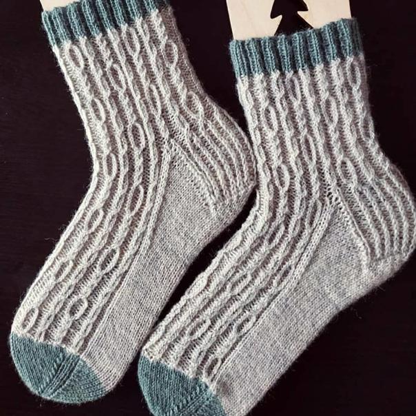 Симпатичные носочки  Zincir. ⠀  Бесплатное описание на фото. ⠀ Размер:...