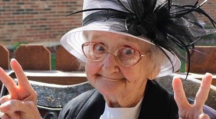 Полицейский открыл было рот, чтобы указать бабушке куда ей идти со своими совета...