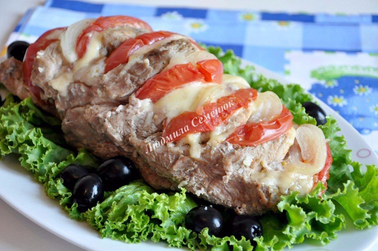 Свиная шейка, запеченная с сыром и помидорами