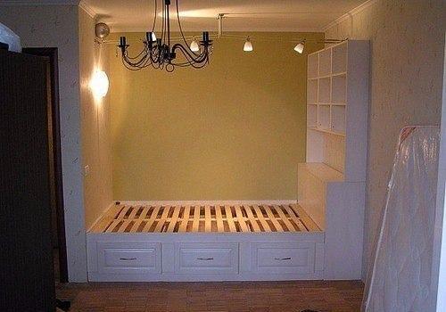 Небольшая кровать в нише однокомнатной квартиры