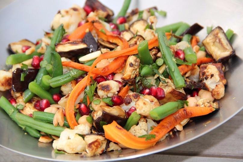 Яркий овощной салат необыкновенной красоты! Столько полезных ингредиентов - сплошные витамины!😃