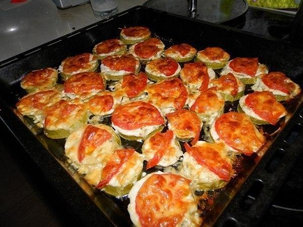 Кабачки под сыром быстро и вкусно:)  Ингредиенты:  - кабачки - помидоры - сыр -...