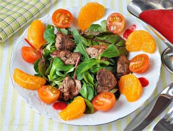 Тёплый салат с куриной печенью и малиновым соусом