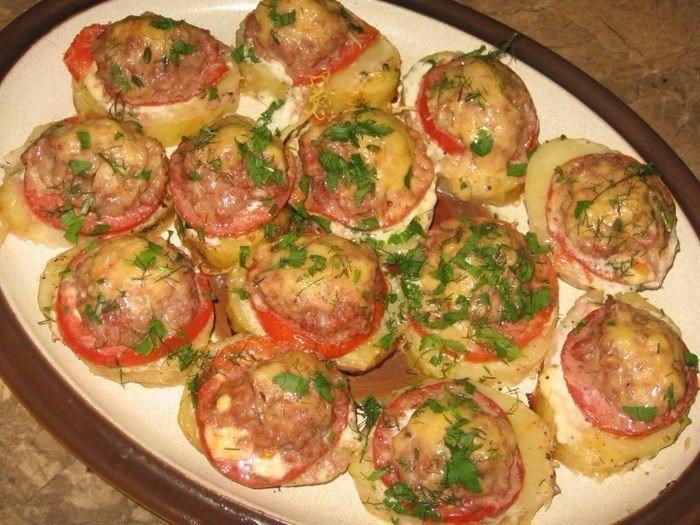 Картофель, запеченный с мясом и помидорами