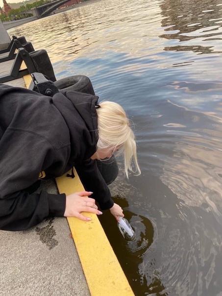 Девушка ,заметила бутылку с запиской в озере и...