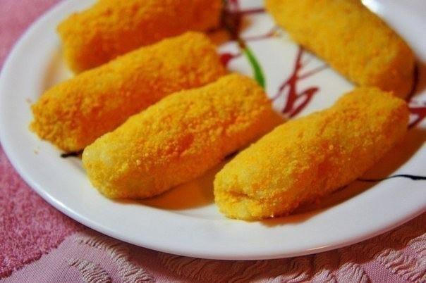 Картофельные палочки с сыром  5 средних варёных картофелин 2 яйца 100 г панировочных сухарей 100 г твёрдого сыра 2-3 ст. л муки растительное масло (для жарки) чёрный молотый перец, соль - по вкусу  кориандр, (по желанию) куркума *(необязате...