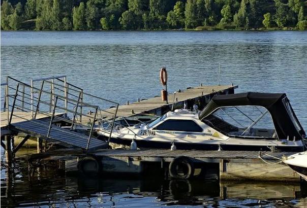Пьяные госслужащие на катере протаранили лодку с ребенком в Самарской области
