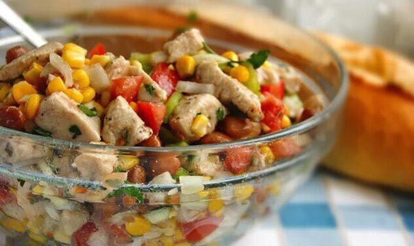 Салат с фасолью, кукурузой, курицей.