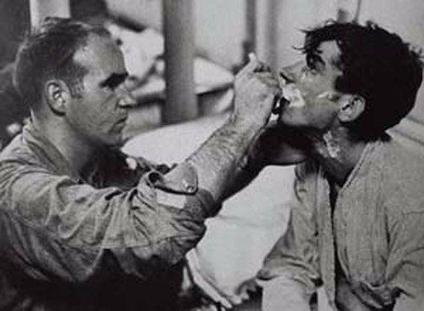 На фотографии член команды американского авианосца бреет советского военнослужащ...