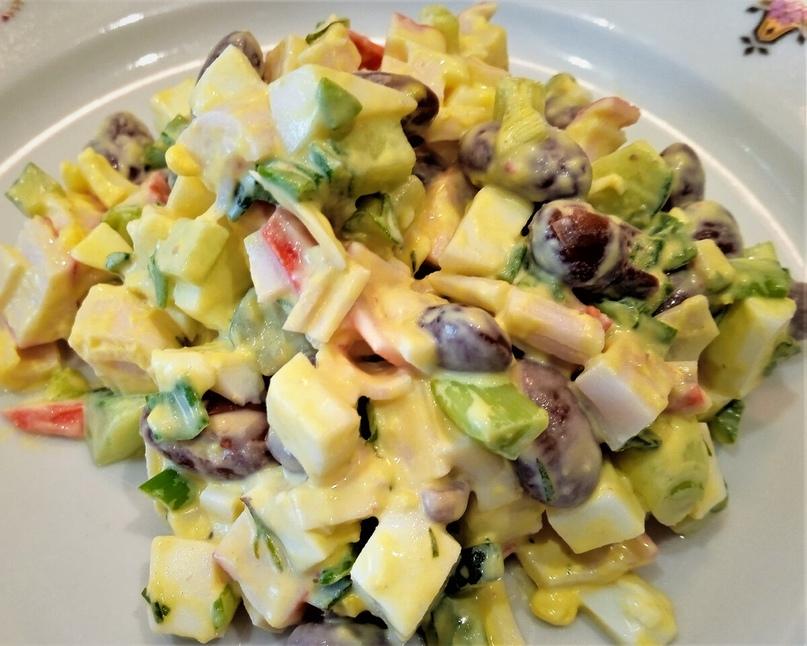 Простой и вкусный салат из фасоли и крабовых палочек.