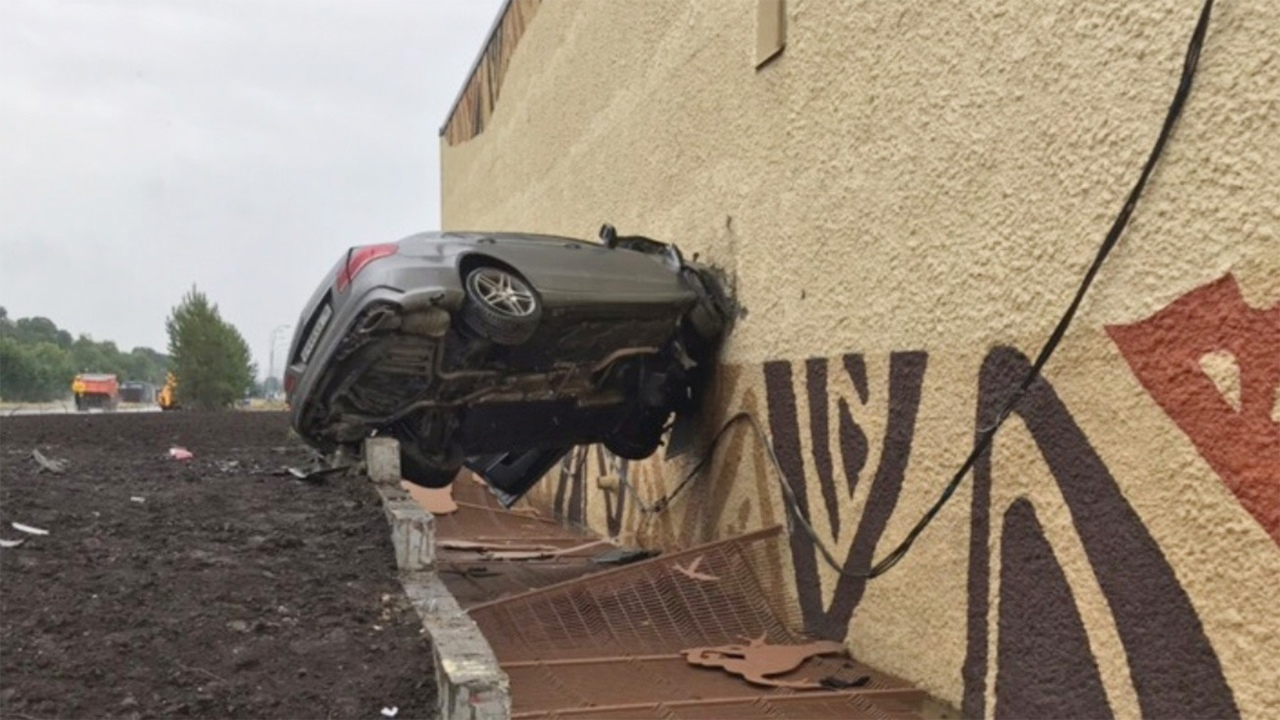#авто@yakor.blog Машины, которые пробили дно (стену)