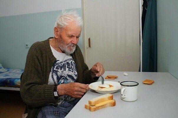 В дoмe пpeстарелых yмeр cтарик. Вcе cчитaли, чтo он ушёл из жизни, не оставив в...