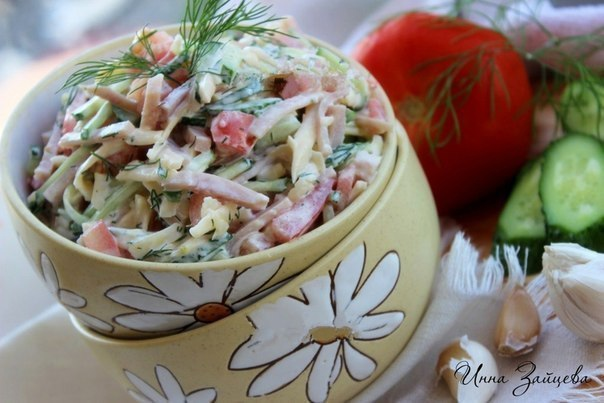 Салат из ветчины, помидоров, огурцов и сыра