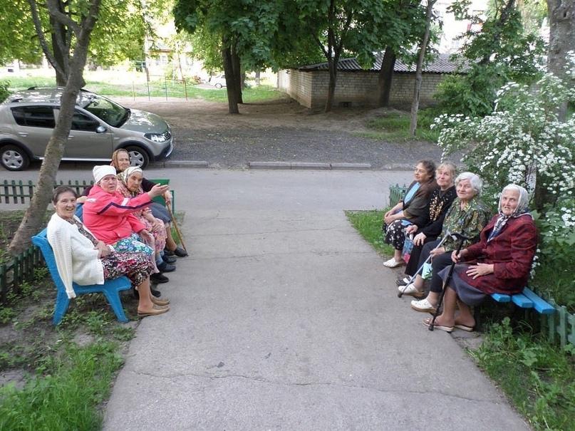 Старухи, сидящие на скамейках и наблюдающие за всеми, кто входит в дом и выходит...