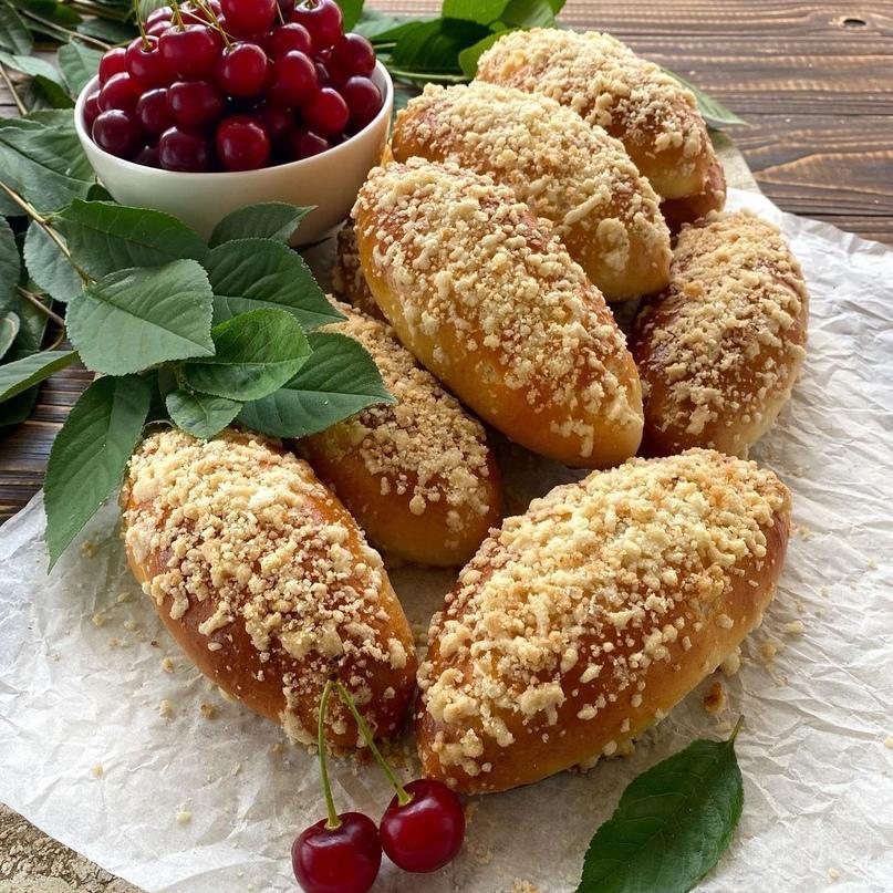 Пирожки с вишней и хрустящей штрейзельной крошкой 🍒🍒🍒