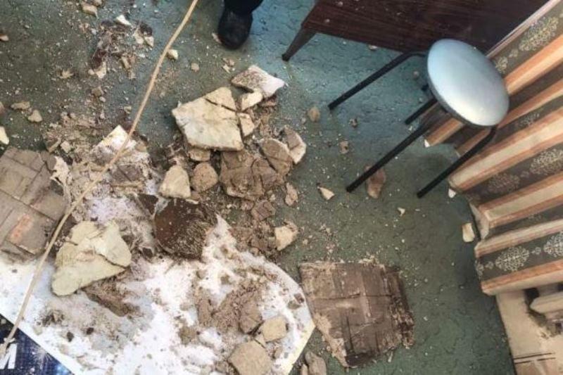 В аварийном доме на переулке Тупом обрушился потолок