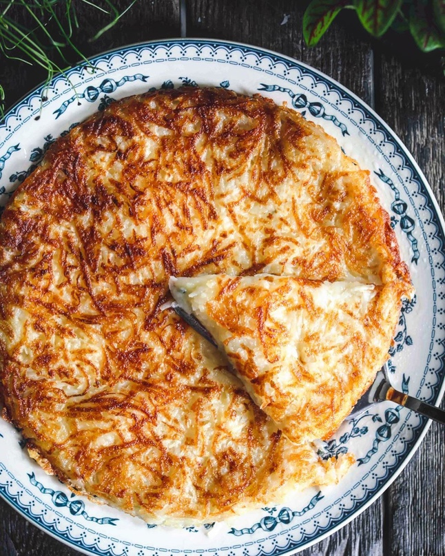 Большой а-ля драник с сыром и чесноком