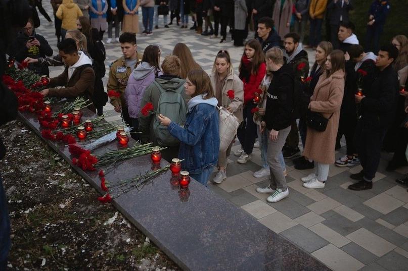 Самарские студенты устроили стихийный мемориал на Ладье в память о погибших в Пермском университете