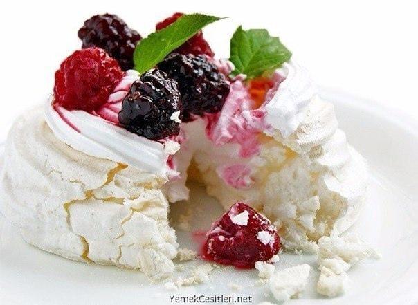 Меренговые пирожные с ягодами