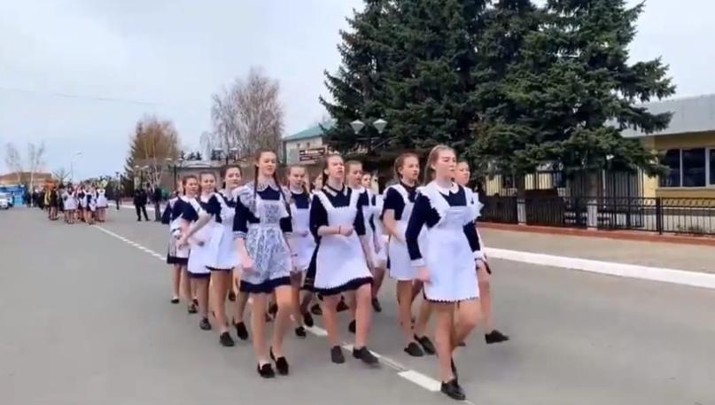 В Татарстане школьников в 9 градусов вывели на репетицию парада без верхней одежды