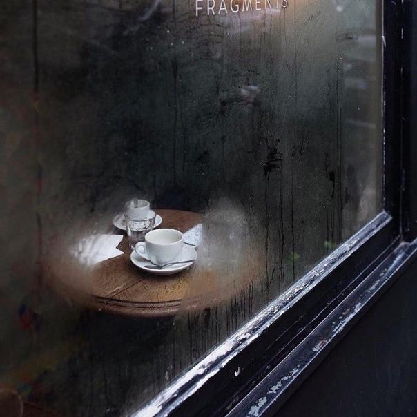 Я люблю девушек, которые гуляют одни. Или сидят одни в кафе, покупают один билет...
